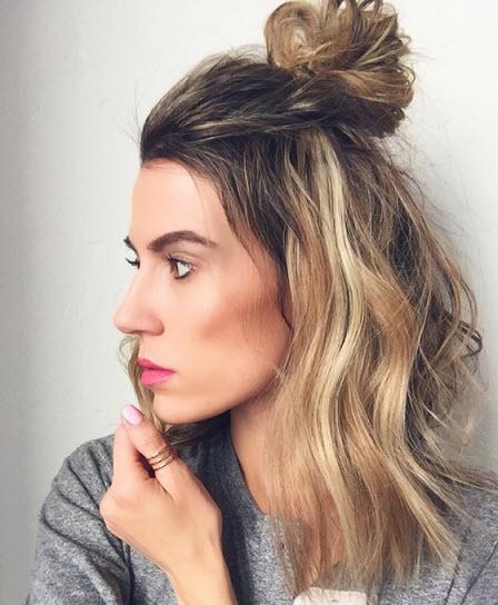 Модная прическа на каждый день - пучок на распущенные волосы Сейчас на пике популярности прическа пучок на распущенные волосы или hun.