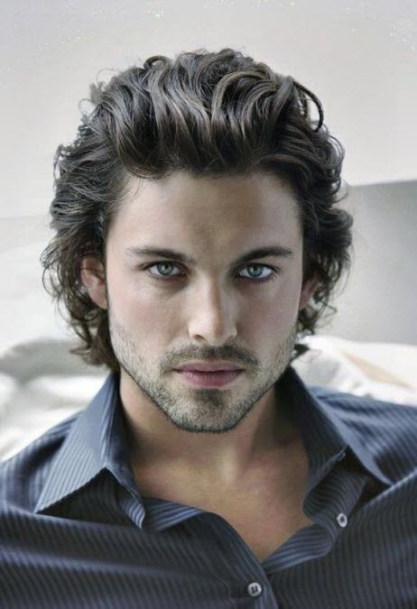 Стильная мужская стрижка на волнистые кудрявые волосы