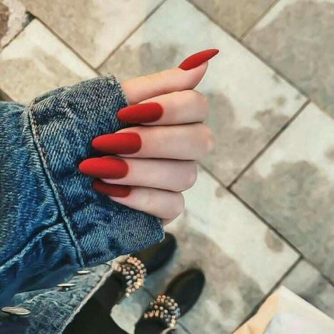 Красный маникюр на миндалевидные ногти
