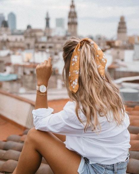 Прическа с платком на распущенные волосы