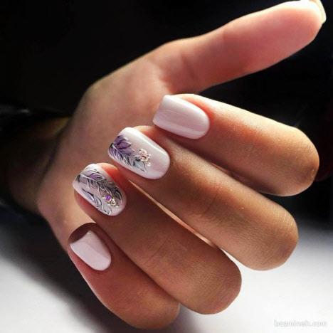 Маникюр на короткие ногти с блестками и втиркой