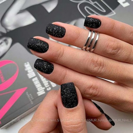 Модный черный маникюр с блестками