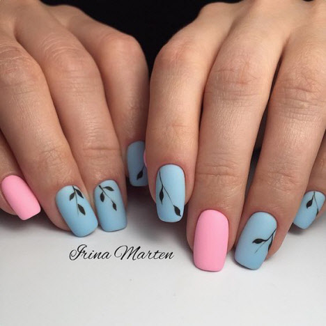 Маникюр в розово-голубом цвете