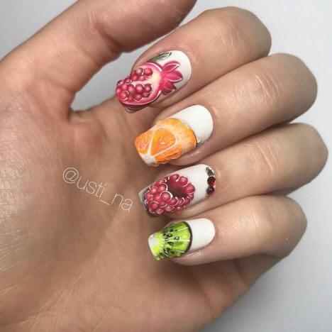 Яркий маникюр с фруктами и цветами