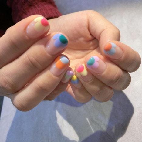 Стильный маникюр негативное пространство в ярких цветах