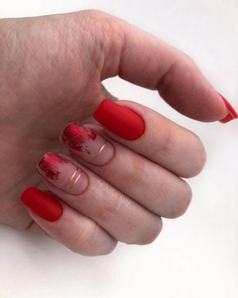 Бежевый маникюр с красным