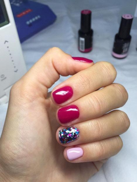 Маникюр на очень короткие ногти с блестками и камнями