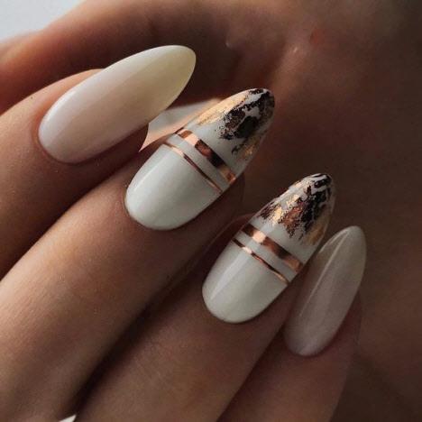 Маникюр с золотыми полосками на короткие и длинные ногти 2020
