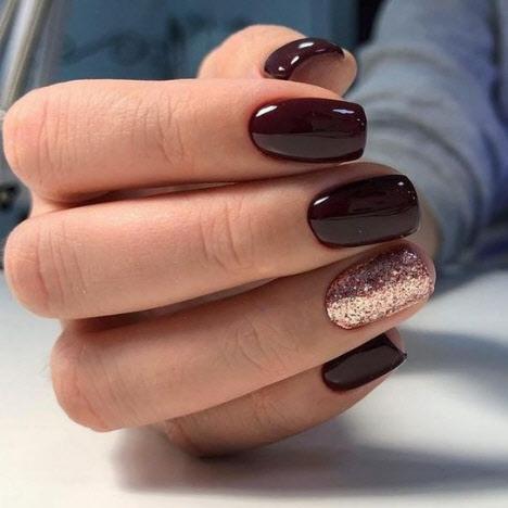 Маникюр в темных тонах на короткие ногти