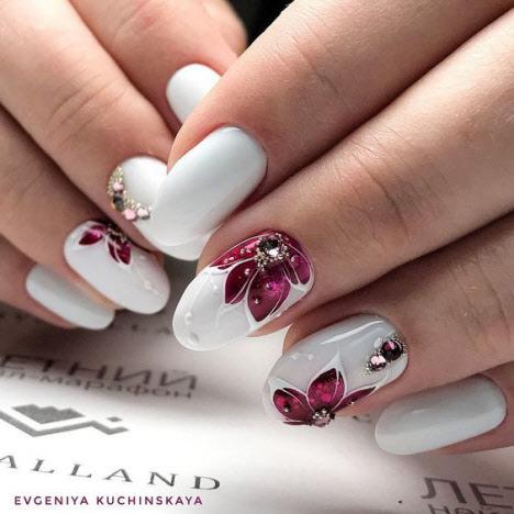 Маникюр с цветами на короткие ногти