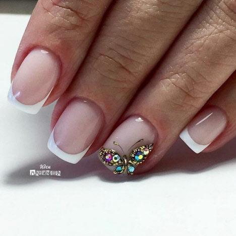 Французский маникюр с камнями на короткие ногти