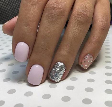 Фото новинки маникюра с камнями 2020 на короткие ногти