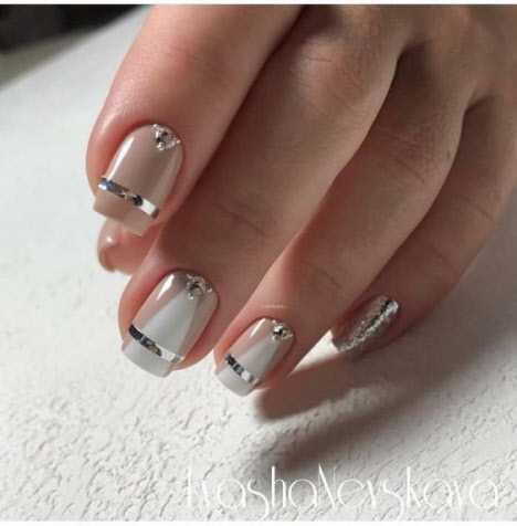 Нюдовый маникюр с камнями на короткие ногти: фото 2020