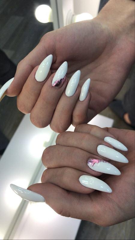 Модный дизайн маникюра с белым гель-лаком на миндалевидные ногти: фото 2020-2021