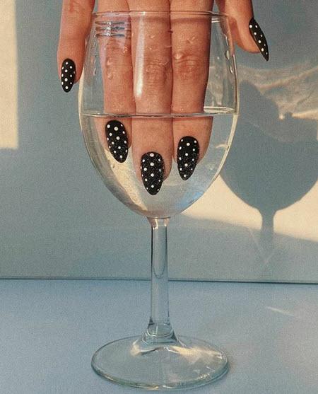 Модный и стильный маникюр с точками
