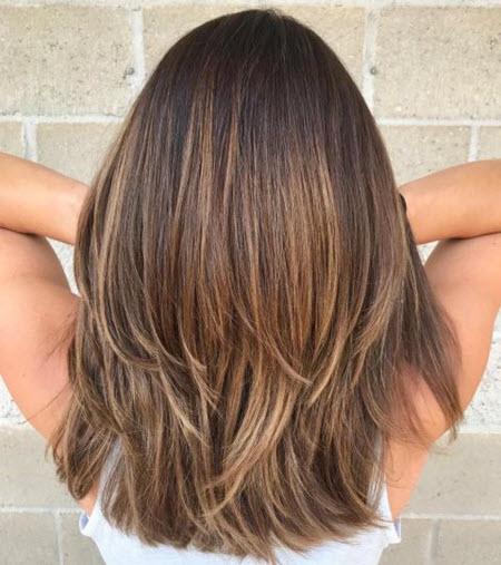 Многослойные стрижки на средние волосы и модные техники окрашивания