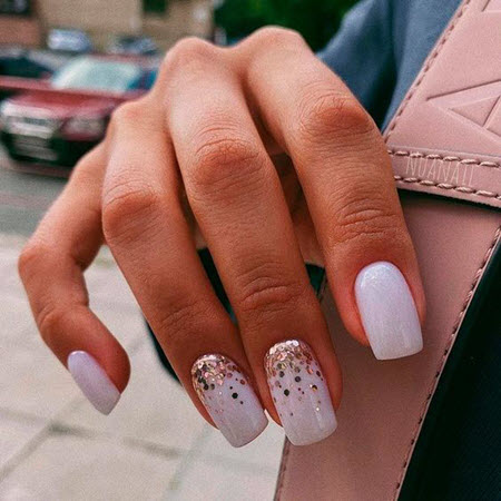 Дизайн ногтей с золотистыми блестками