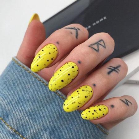 Фото неонового маникюра на короткие и длинные ногти