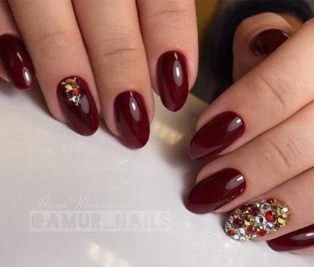 Бордовый дизайн ногтей с камнями и стразами