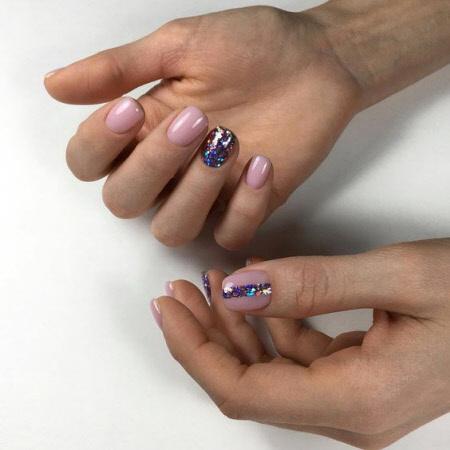 Маникюр с акцентом на одном ногте