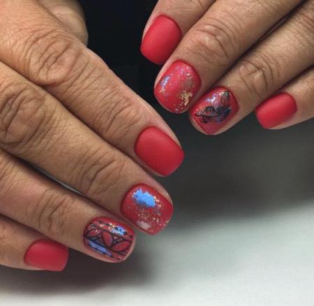 Дизайн коротких ногтей с фольгой